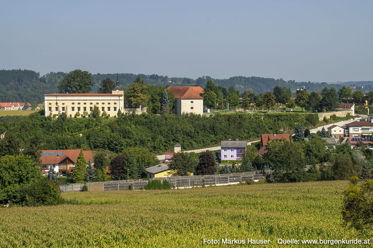 Schloss Kremsegg liegt auf einem nach drei Seiten steil abfallenden Höhenrücken oberhalb von Kremsmünster.