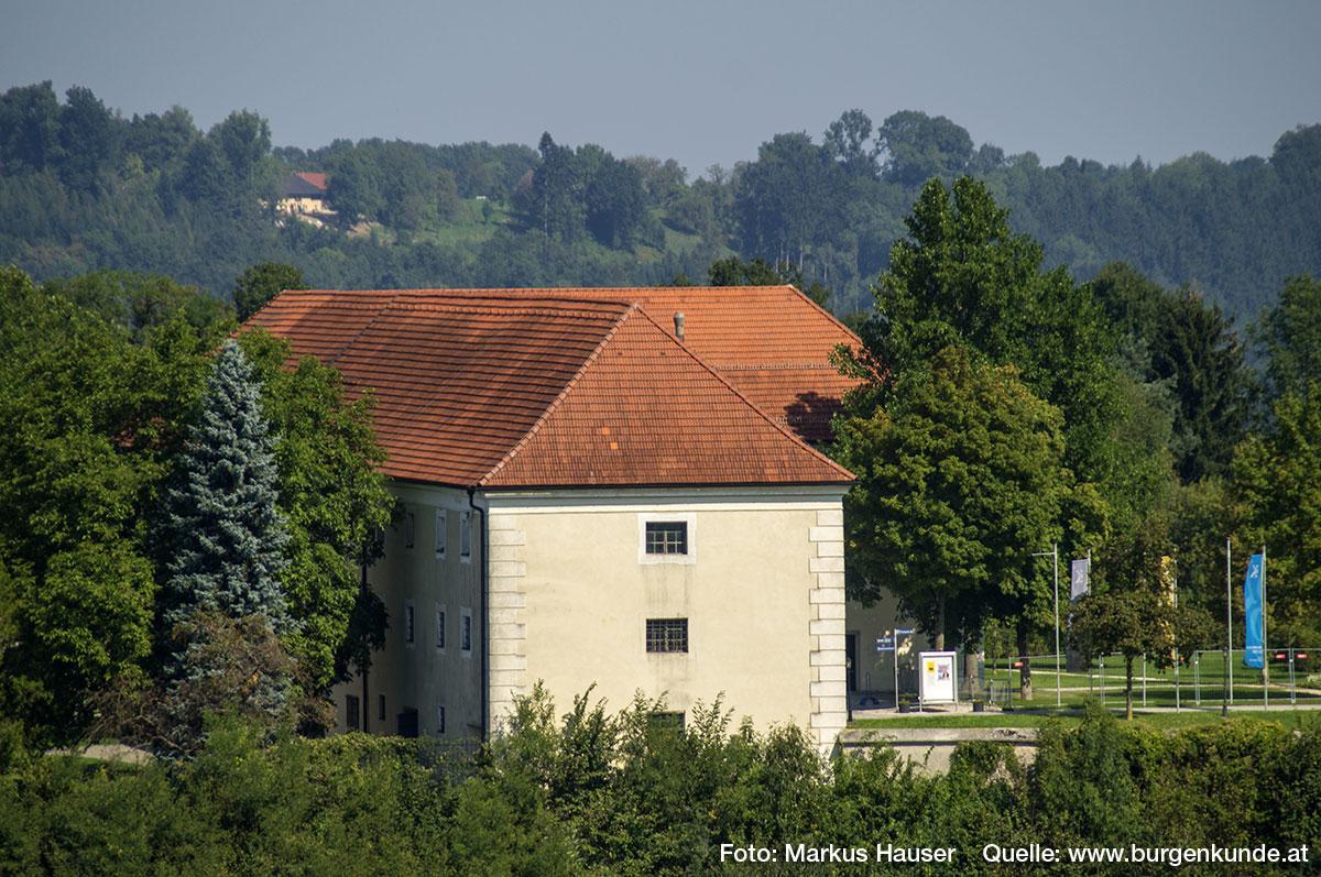 Der wuchtige Wirtschaftstrakt war bei der Aufnahme des Franziszeischen Kataster (1817-1861) noch aus Holz erbaut und weitaus kleiner als heute.