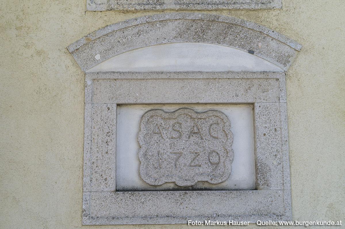 Am Gebäude findet sich diese Inschrift ASAC 1729. Sie dürfte auf Abt Alexander II. Strasser verweisen (Alexander Strasser Abt Cremsmünster).
