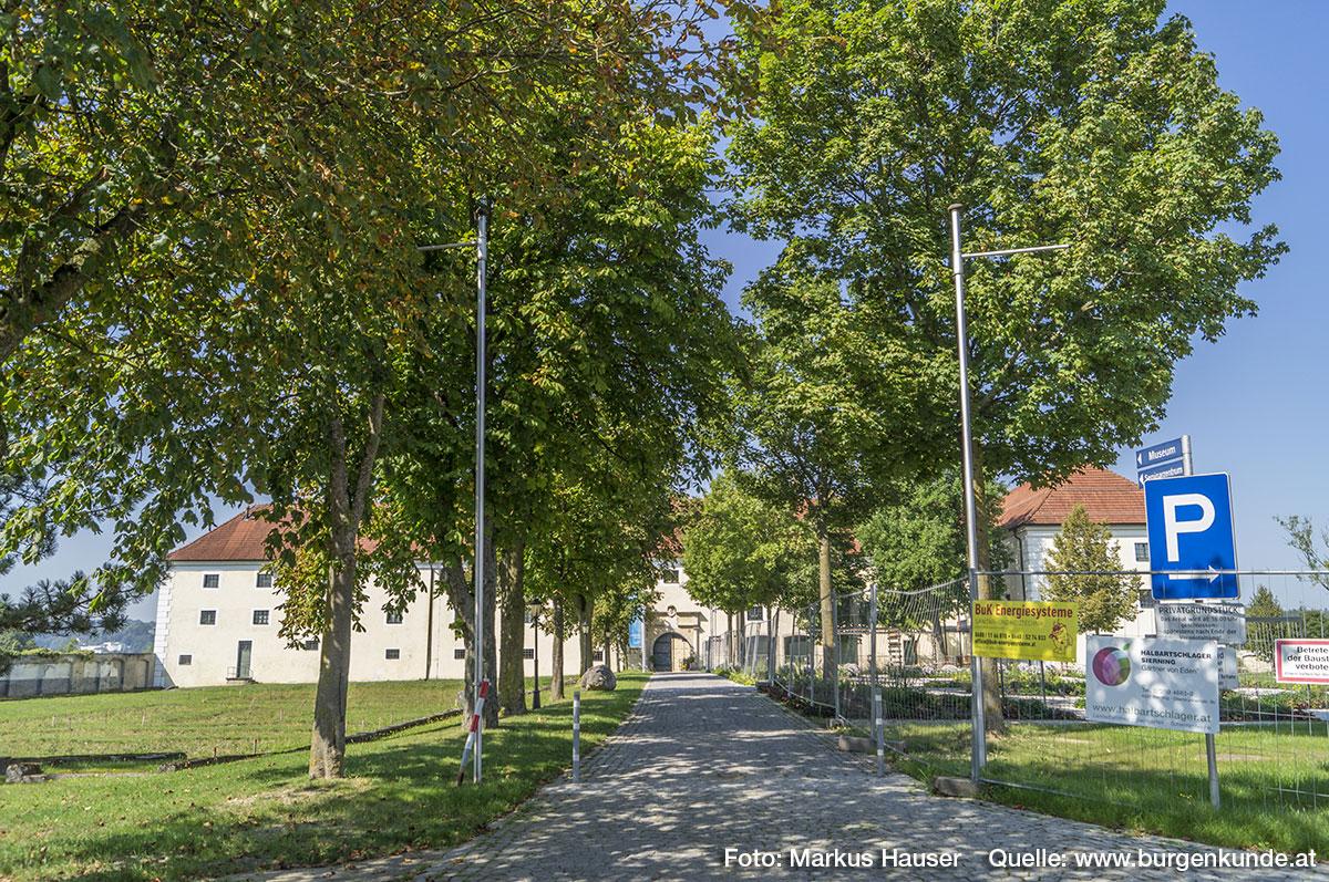 Über eine Allee mit hohen Bäumen gelangte man direkt vom Torbereich zum wuchtigen Wirtschaftstrakt.