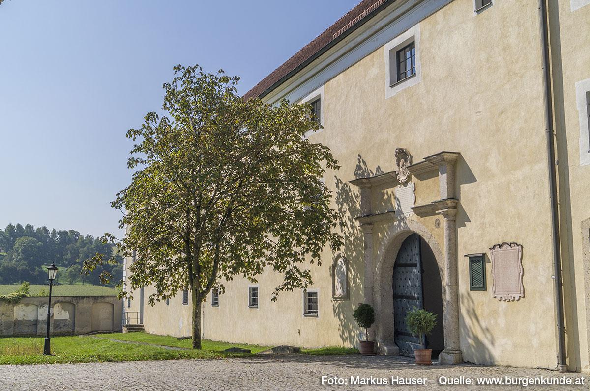 Der Zugang zum Schloss erfolgt über den Torbereich im Wirtschaftstrakt.