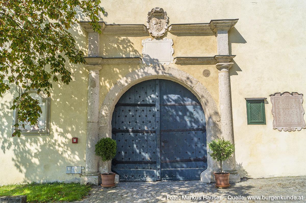 Oberhalb des Tores erinnert eine steinerne Wappentafel und Inschrift an Abt Anton Wolfradt.
