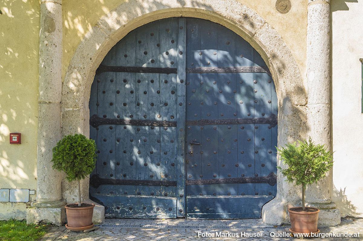 Das Tor mit seiner dunkelblauen Bemalung und den hervorstechenden, schwarzen Nägeln und Beschlägen, wirkt auch heute noch wehrhaft.