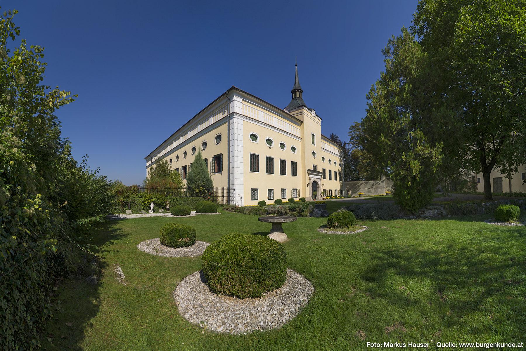 Dieser Bereich des Ziergartens war früher das Erdgeschoß des Traktes, der an das Schloss angebaut wurde.