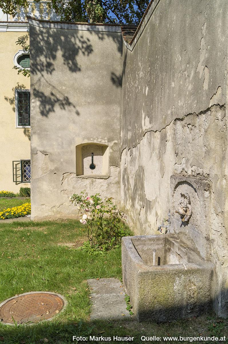 Hier nochmal die Schießscharte samt einem Brunnen in der Verbindungsmauer zwischen Tortrakt und Schloss.