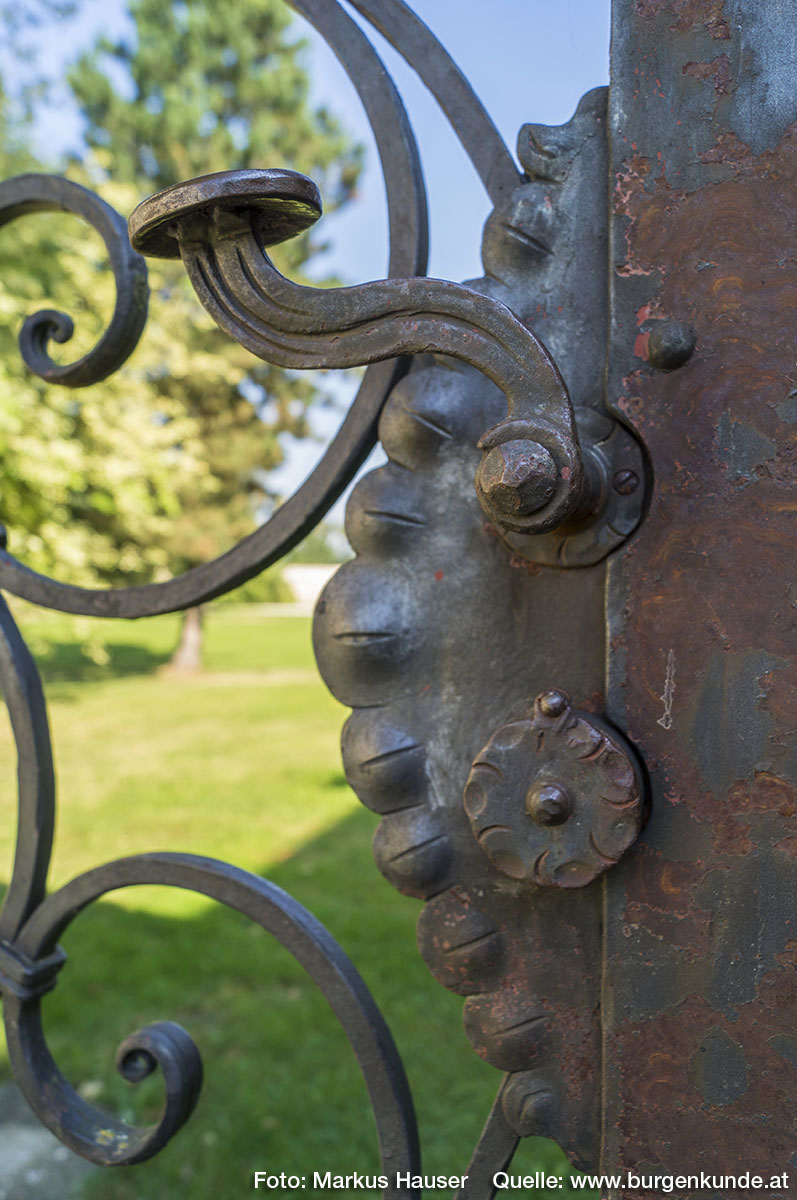 Das schmiedeeiserne Tor führt direkt in den weitläufigen Gartenbereich.