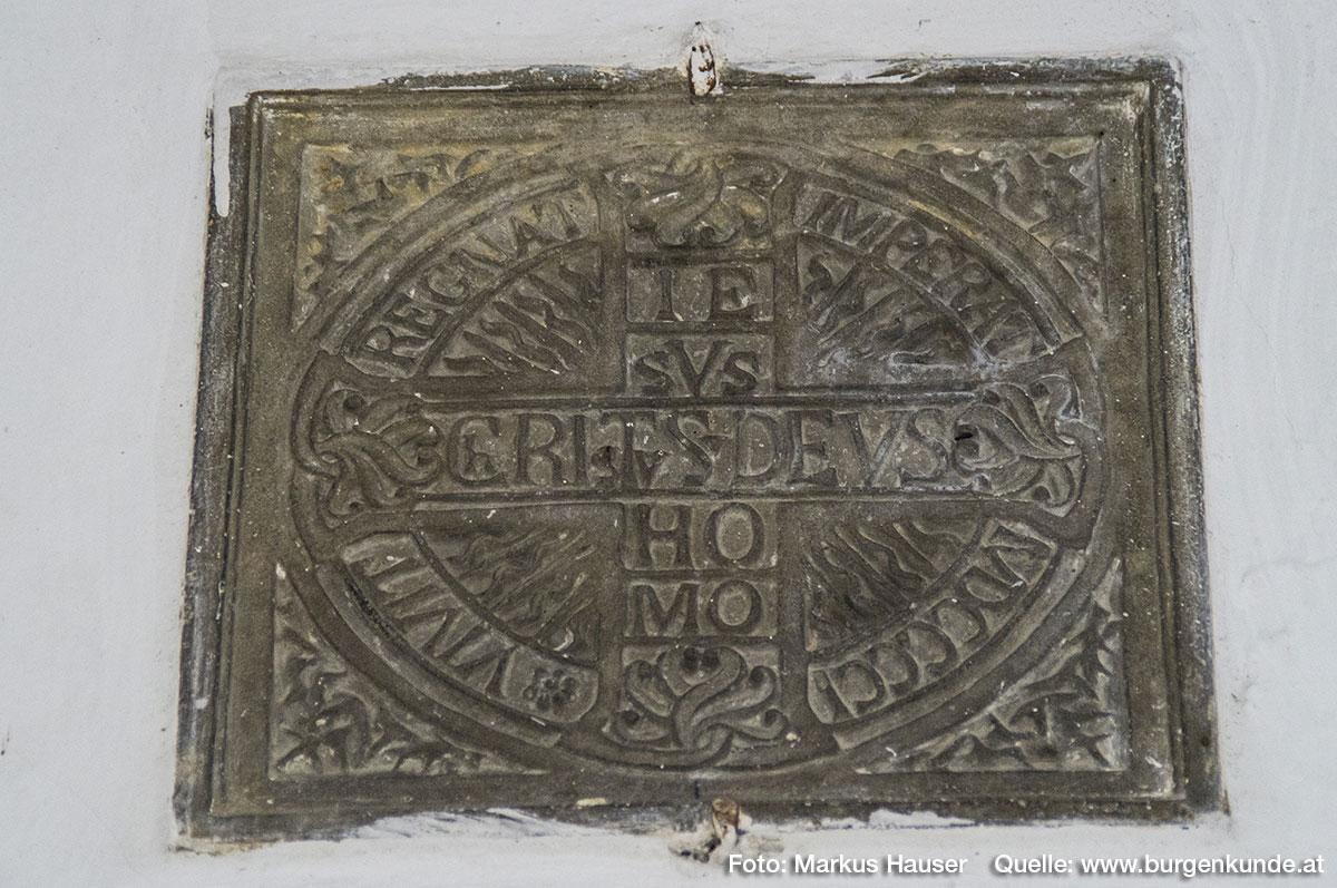 Ebenfalls in dieser Durchfahrt ist diese Inschrift zu sehen. Darauf steht: Vivit Regnat Imperat MDCCCCI IEsVs ChRIsTvS DEVS HOMO