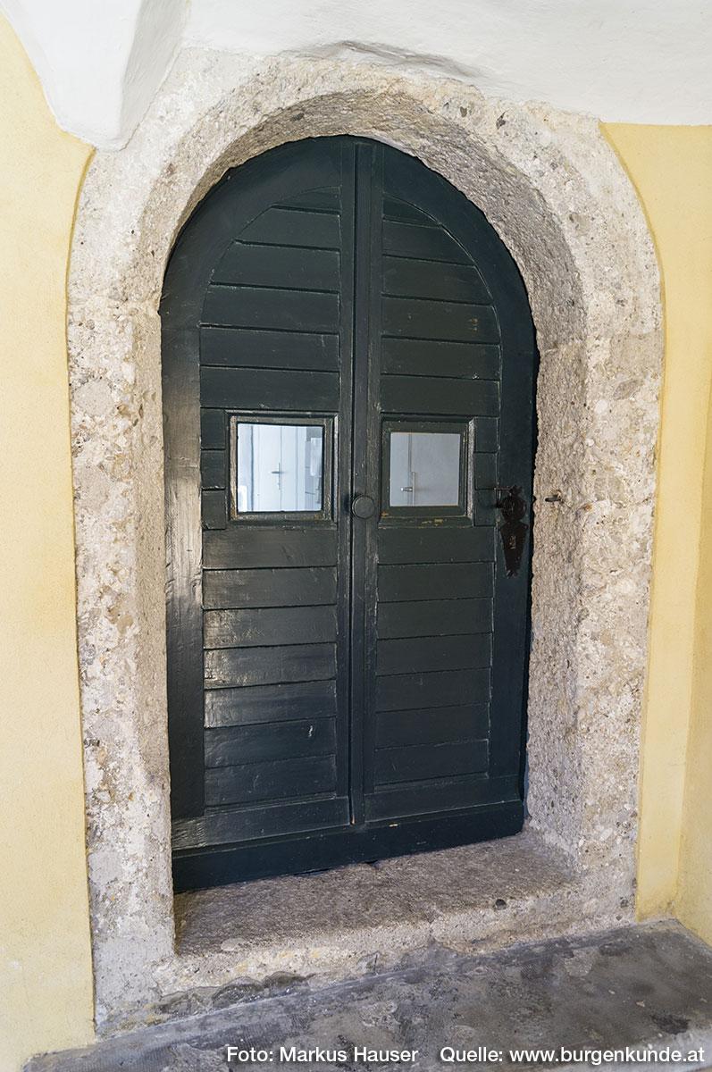 Im ältesten Teil vom Schloss Kremsegg sind noch einige Rundbogen-Portale zu finden.