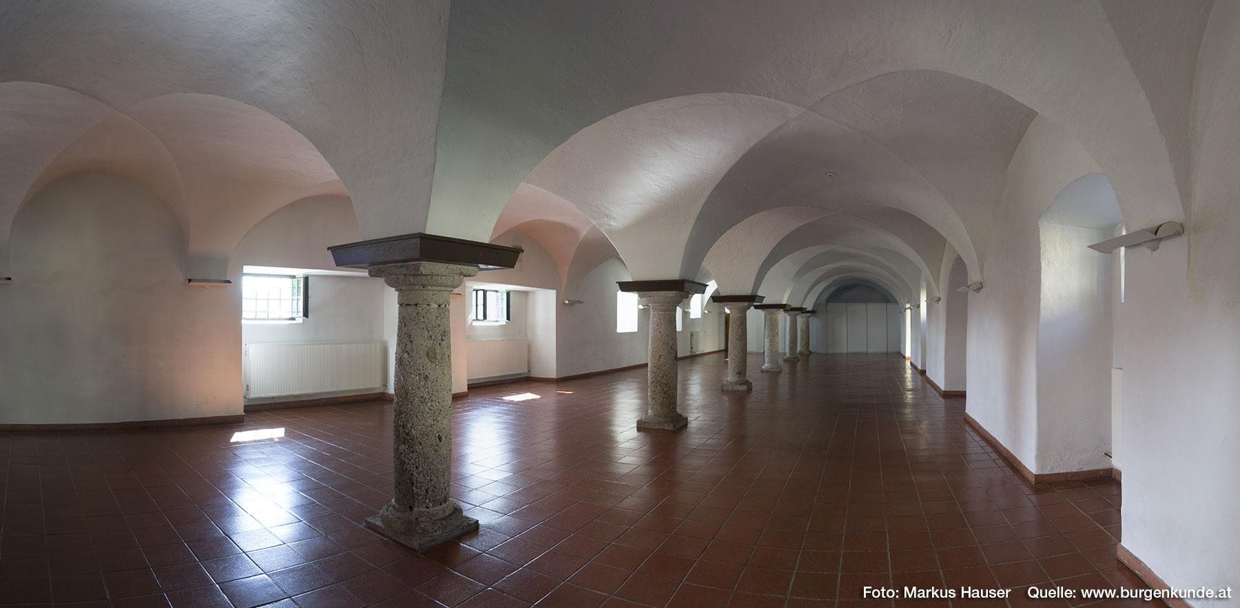 Im Schloss Kremsegg können Hochzeiten stattfinden, Geburtstage gefeiert oder Taufen sowie Events der besonderen Art zelebriert werden. Hier ist die im Tortrakt ebenerdig untergebrachte Gewölbehalle zu sehen.