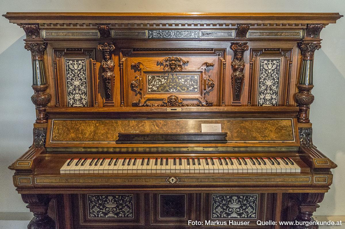 Ein besonders schönes Stück ist dieses Pianino von E. Lämmerhirt, Berlin um 1896. Schraubenstimmung Sammlung Musica.