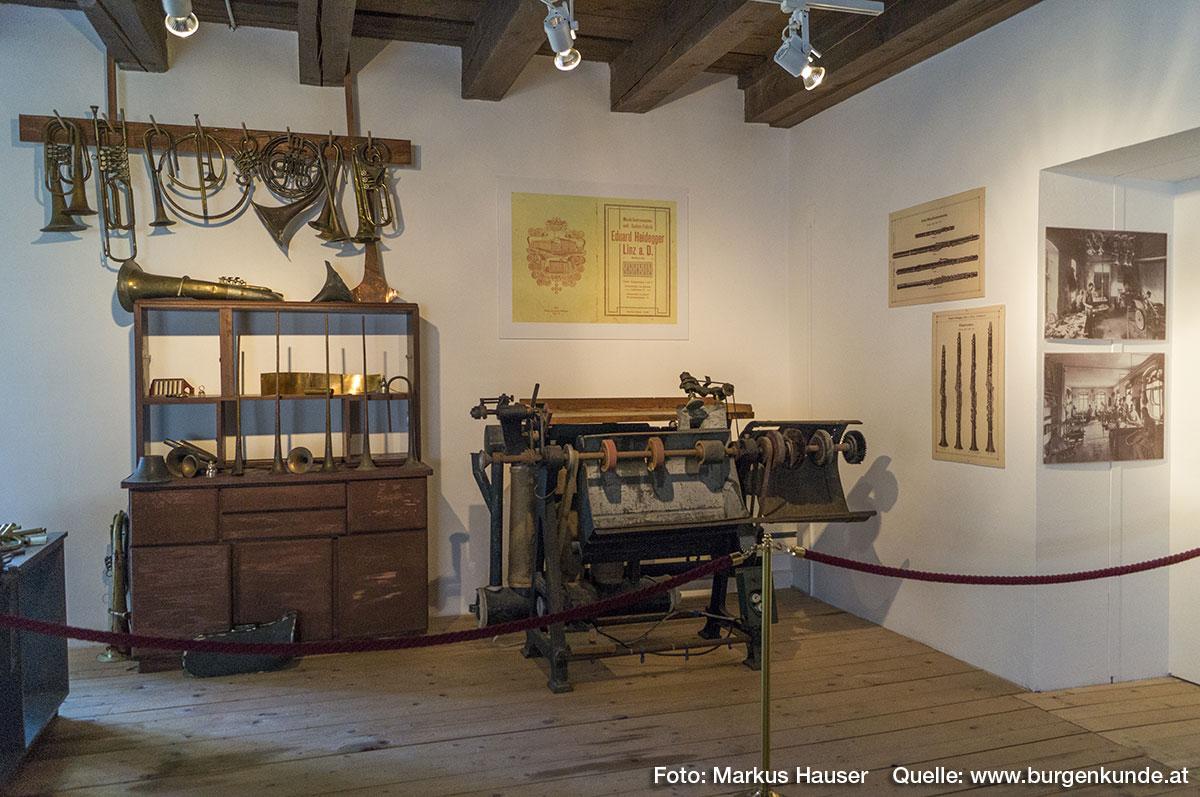 Hier sind Maschinen der Musik- Instrumenten und Seiten- Fabrik des Eduard Heidegger aus Linz a.d. Donau, einem bekannten Musikinstrumente-Erzeuger, ausgestellt.