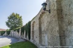 Die das gesamte Areal umfassende Mauer. Hier im Torbereich mit endlosen Nischen an der Innenseite.