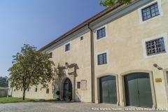 Der Zugang zum Schloss erfolgt über den Torbereich im Wirtschaftstrakt. Entlang der Dachrinne verläuft eine Mauernaht, die im Artikel näher beschrieben wird.