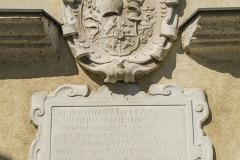 Steinerne Wappentafel und Inschrift die an Abt Anton Wolfradt erinnern.