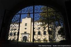 Von der gewölbten Durchfahrt genießt man durch ein schmiedeeisernes Tor bereits den Anblick von Schloss Kremsegg.
