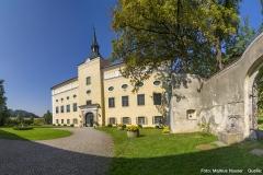 Der Tortrakt ist mit dem Schloss durch eine hohe Mauer verbunden, die eine Schießscharte und ein schmiedeeisernes Tor aufweist.