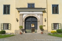 """""""Sibi et amicis"""", """"Für sich und für Freunde"""", lautet der Leitspruch über dem Eingang und ist auch heute noch das Motto der heutigen Verwalter von Schloss Kremsegg."""