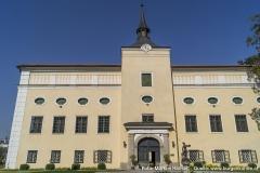 Das Schloss ist ein klar gegliederter, zweigeschossiger, vierflügeliger Bau mit mächtigen Mittelrisalit mit Tor.