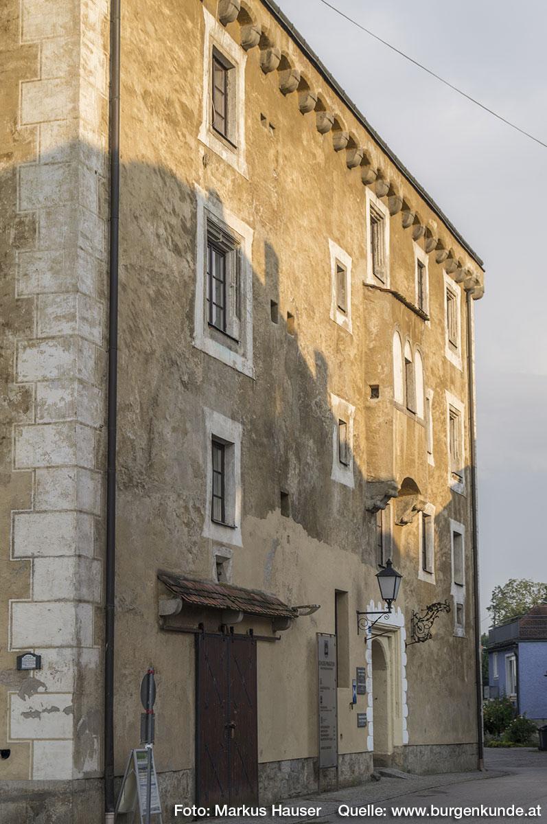 Die unterschiedliche Höhe zweier Fenster der Nordseite ist auf ihre Lage im Stiegenaufgang zurückzuführen.