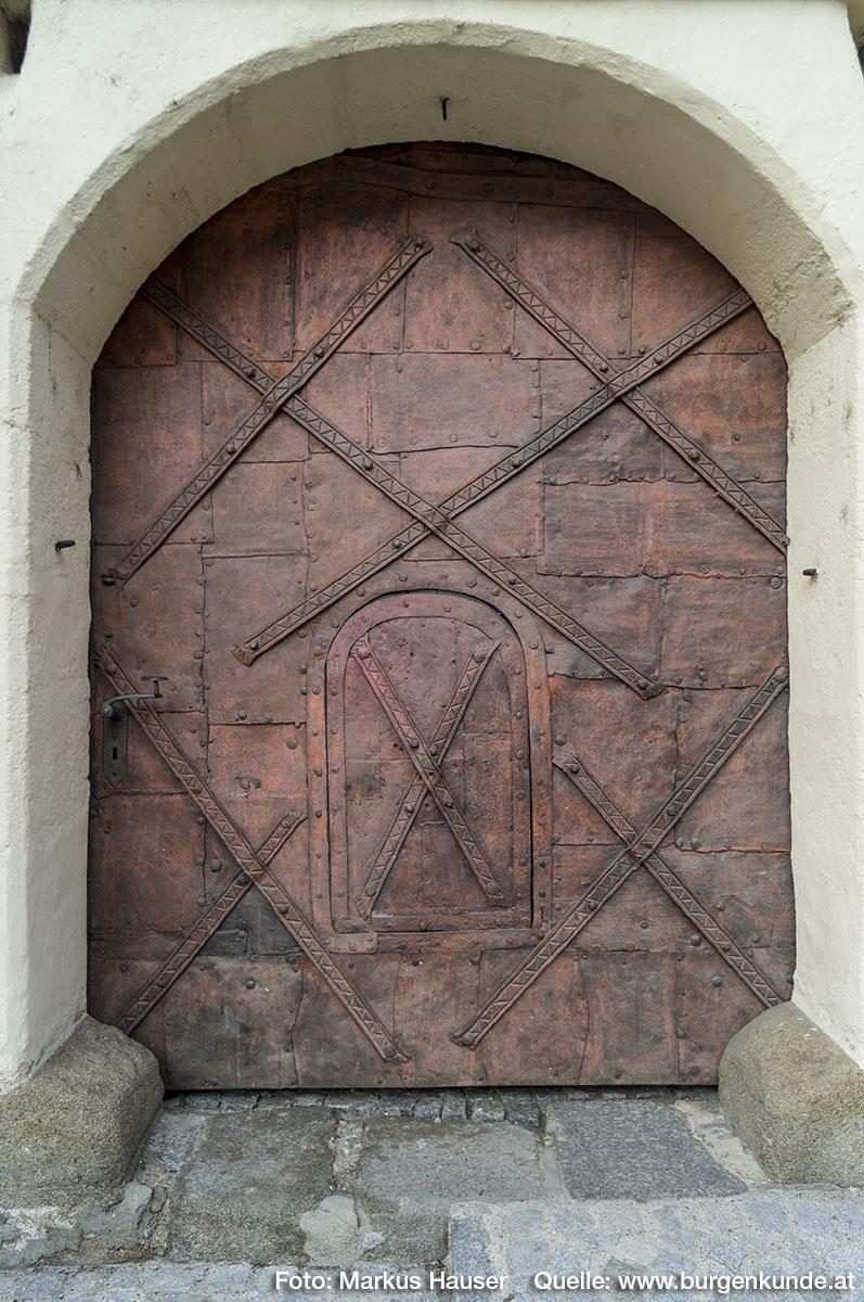 Das Tor selbst wirkt durch seine Machart sehr rustikal und wehrhaft.