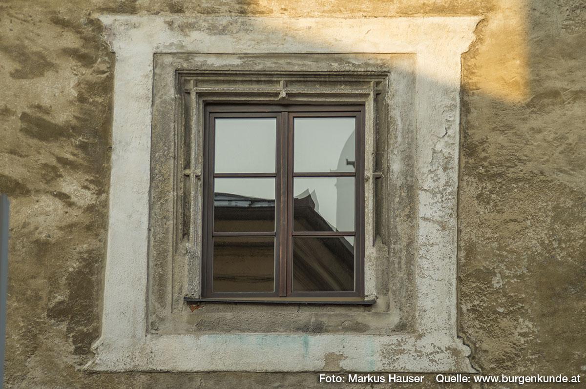 Die anderen Fenster der Nordseite zeigen in den oberen Stockwerken eine reiche Profilierung.