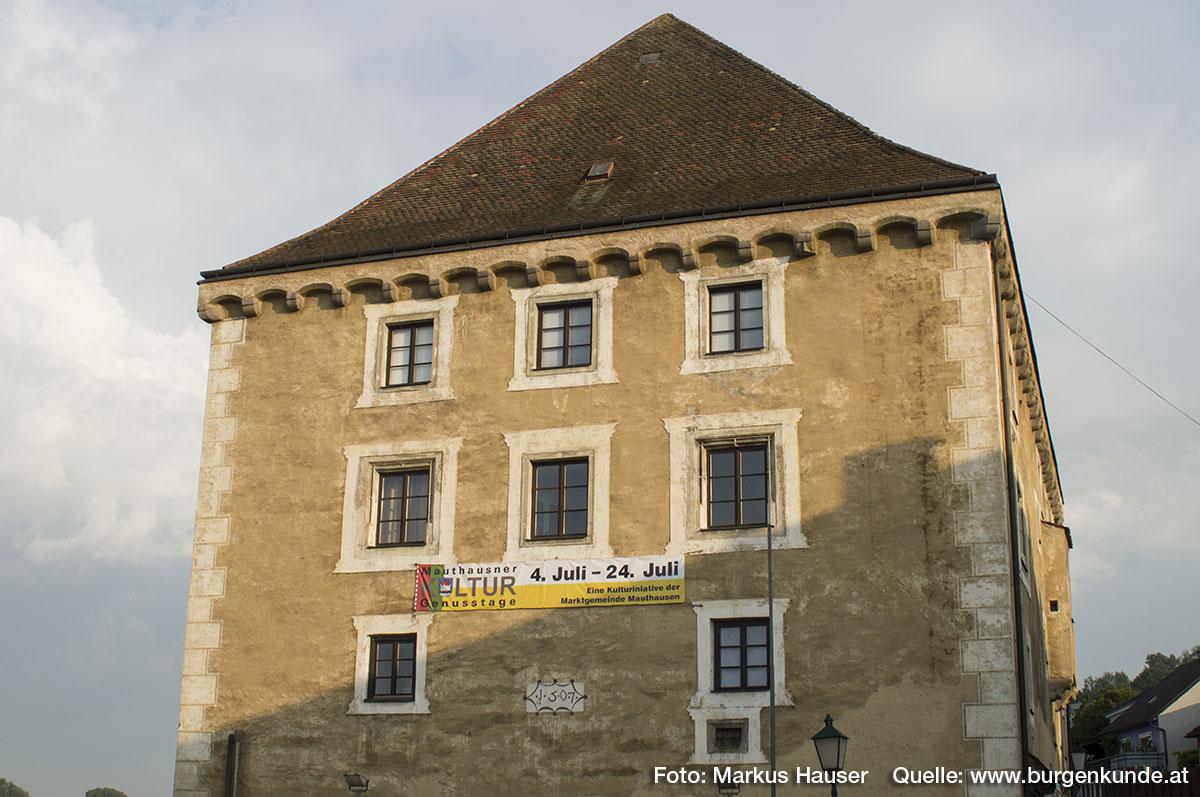 Die Ostseite zeigt mehrere Fensteröffnungen, die ebenfalls in den oberen Stockwerken reich profiliert sind.