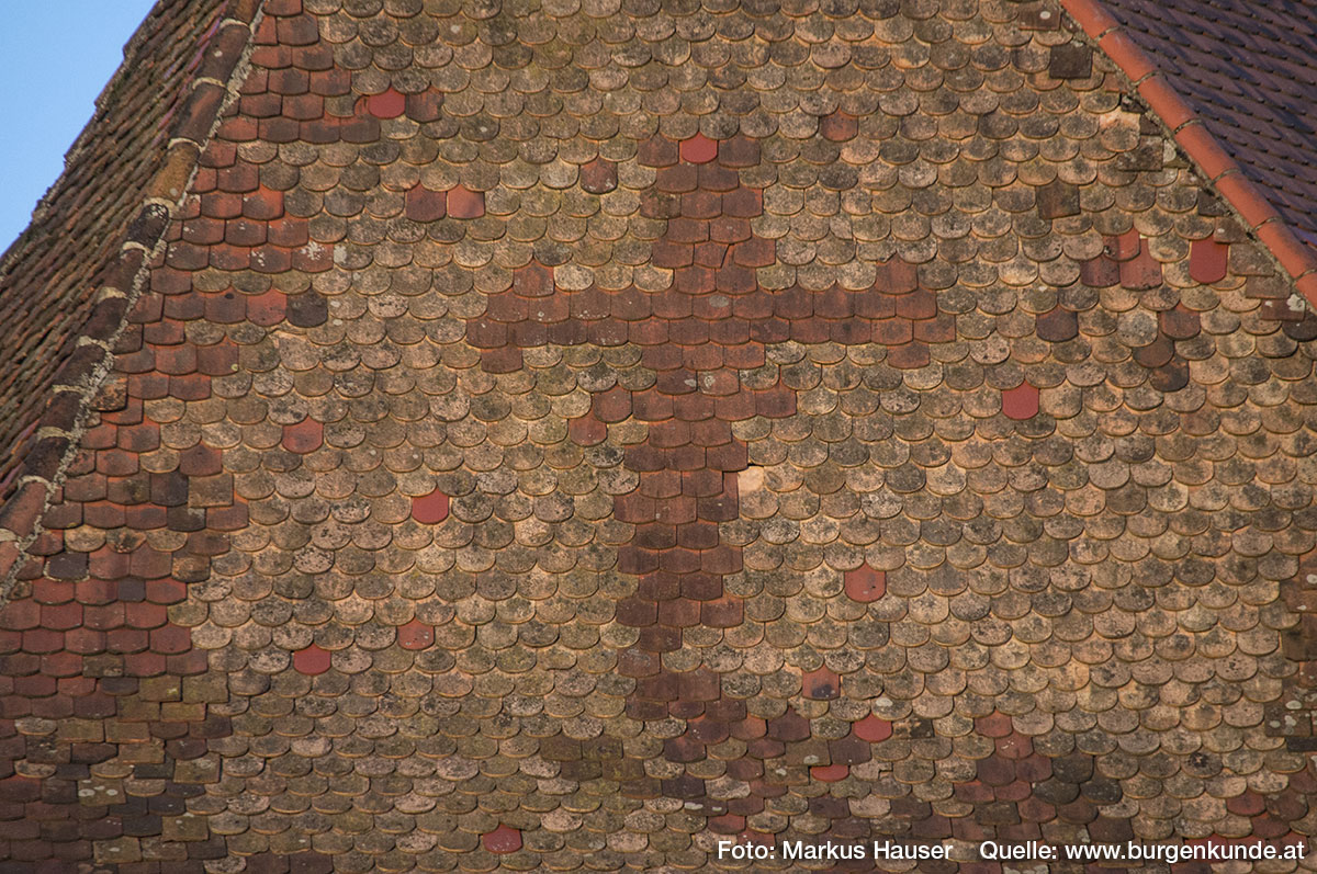 Das Dach zeigt an der stromaufwärts zeigenden Westseite durch die Art und Lage der Schindeln ein Kreuz.