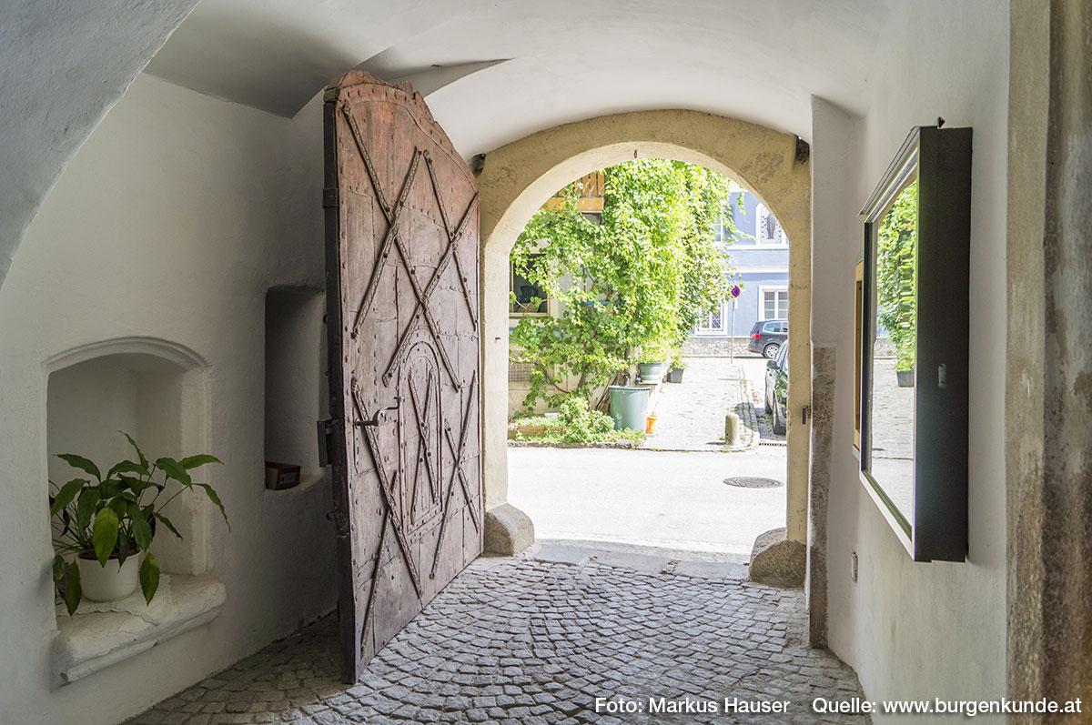 Die kleine gewölbte Vorhalle direkt hinter dem Tor wird tw. von Säulen getragen.