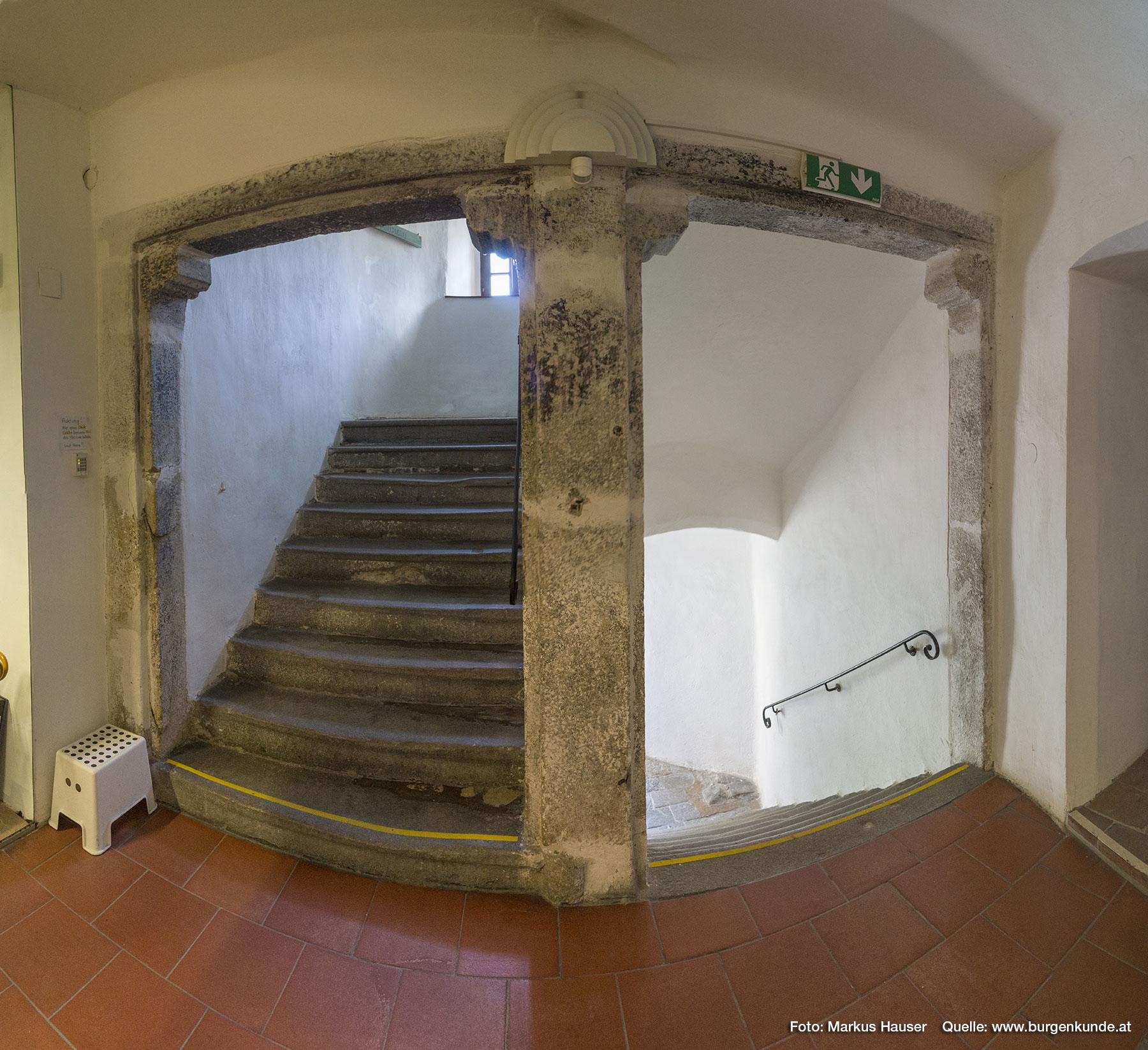 Über den Stiegenaufgang gelangen wir in die oberen Stockwerke.
