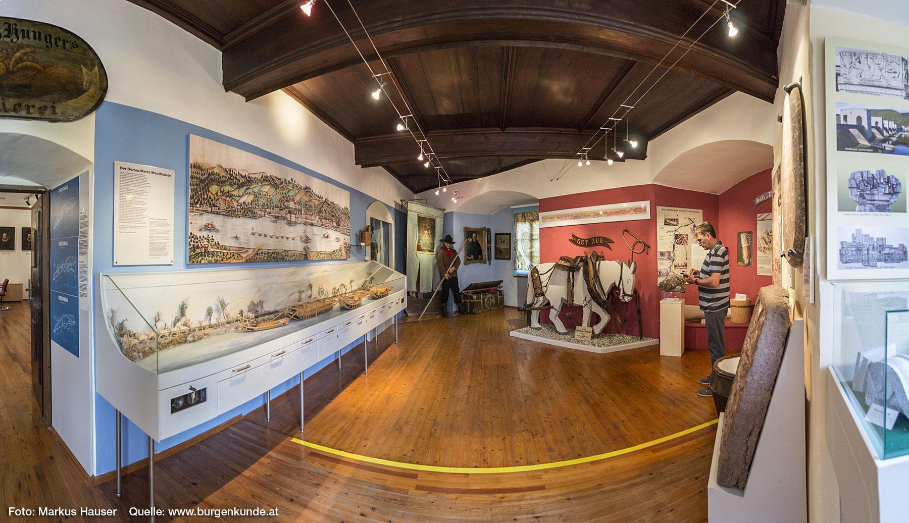 Ausstellungsraum über den einst bedeutenden Salzhandel an der Donau und Mauthausen. In der Vitrine ein Treidelzug.