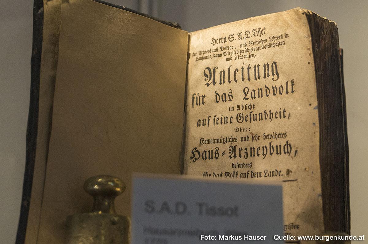Es werden auch alte Heilbücher ausgestellt. Hier aus dem Jahre 1776 ein Hausarzneibuch aus Wien (S.A.D. Tissot): Anleitung für das Landvolk in Absicht auf seine Gesundheit; Oder: Gemeinnützliches und sehr bewährtes Haus=Arzneibuch, besonders für das Volk auf dem Lande.