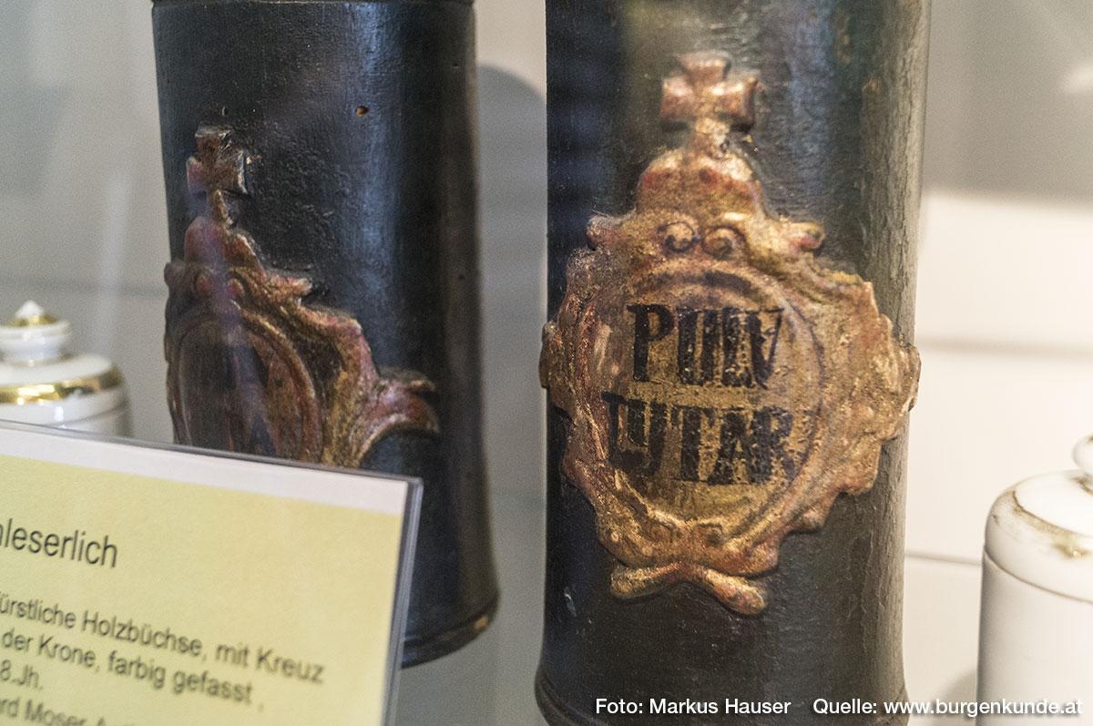 Aus der ehemaligen Apotheke in Steyr stammen diese beiden farbig gefassten kurfürstlichen Holzbüchsen mit Kreuz über der Krone aus der 2. Hälfte des 18. Jh.