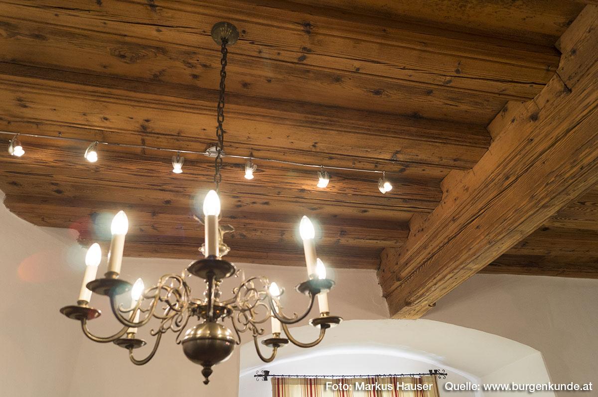 Die Holzdecke im Trauungssaal zeugt von der einstigen Blütezeit von Schloss Pragstein.