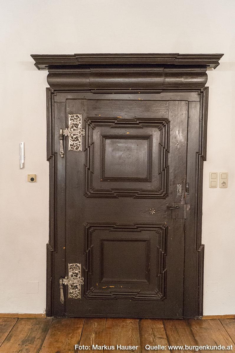 Besonders diese barocke Türe weist zahlreiche liebevolle Details und eine ganz besondere Bemalung auf.