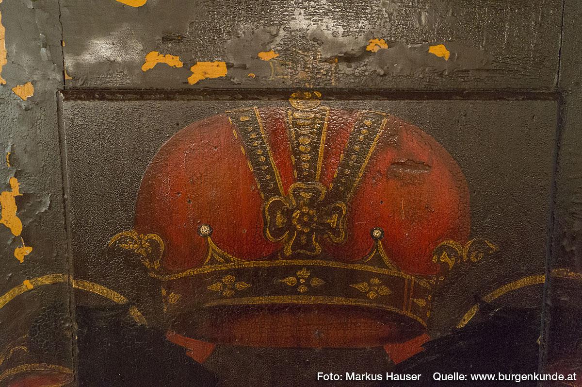 Besonders diese barocke Türe weist zahlreiche liebevolle Details und eine ganz besondere Bemalung auf. Es handelt sich hier um die Kaiser-Krone.