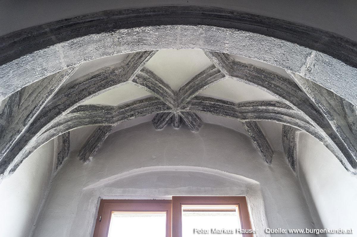 Hier iin der gewölbten Mittelhalle im obersten Stock befindet sich auch der einzige Hinweis auf einen sakralen Bereich im Schloss Pragstein. Es sind dies die abgeschnittenen Reste eines Sternrippengewölbes. Hier dürfte sich wohl einst die Kapelle mit Polygonalapsis befunden haben.
