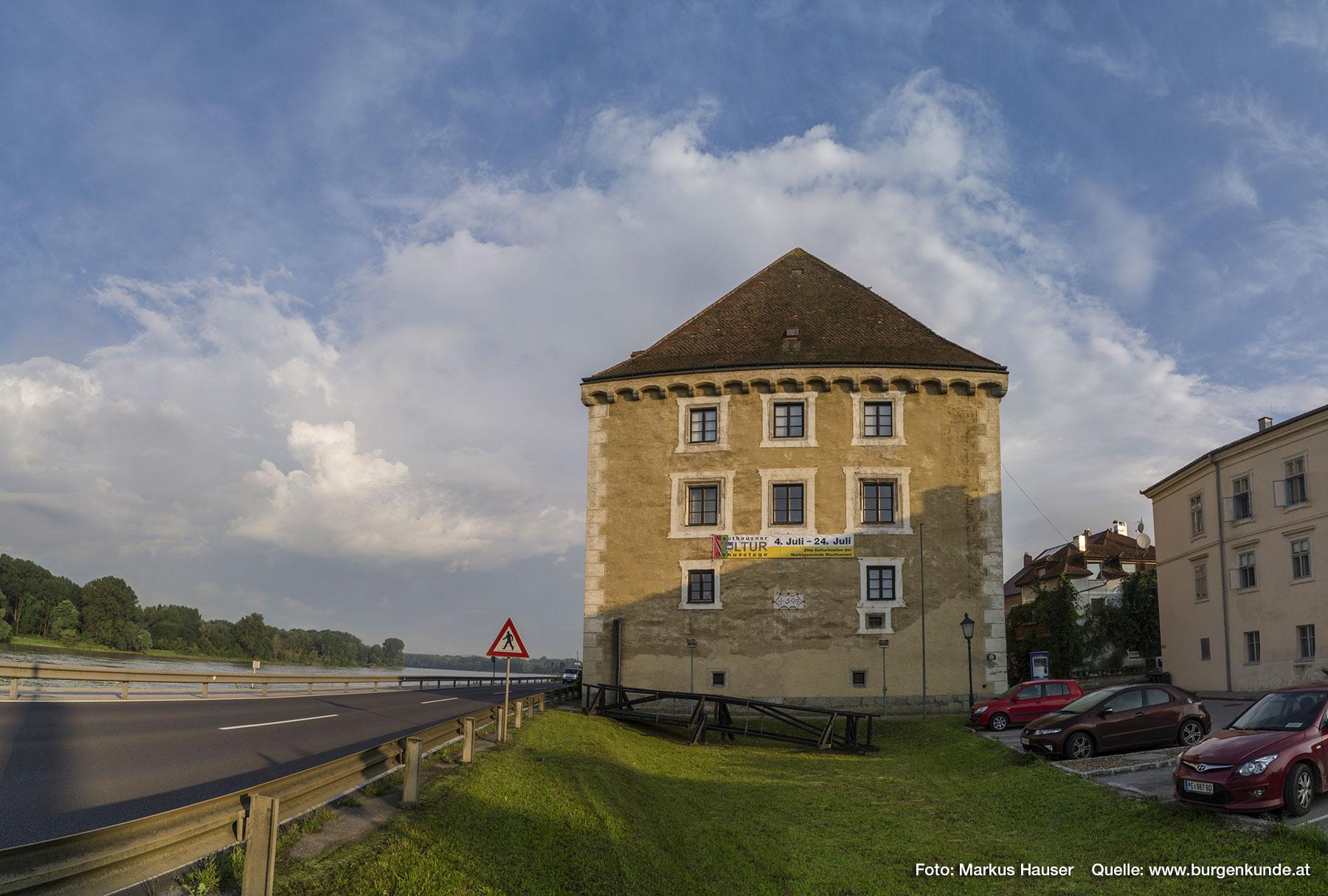 Schloss Pragstein fügt sich wunderbar in das historische Ambiente und schöne Panorama von Mauthausen. Im Vordergrund ist jener Holzsteg zu sehen, der einst den Zugang zum Schloss Pragstein ermöglichte, als sich dieses noch auf der Insel in der Donau befand.