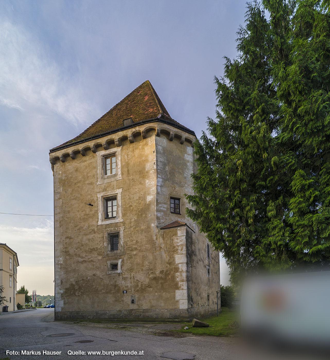 Schloss Pragstein wurde einst auf einer kleinen Felseninsel in der Donau erbaut. Dies war auch der Grund für die kielartige Zuspitzung.