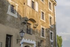 Im zweiten Stock, oberhalb des Tores, befindet sich der Flacherker auf gestuften Konsolen.