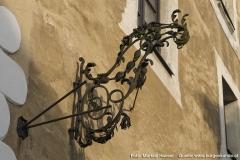 Ein schmiedeeisernes Zeichen oberhalb des Tores.