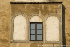 Das Fenster des Flacherkers an der Nordseite dürfte mit hoher Wahrscheinlichkeit einst anders, durchaus schöner, ausgesehen haben. Das eckige Fenster in der Mitte wurde nachträglich eingesetzt.