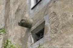 Ein Ausgussstein an der Südseite. Warum dieser genau oberhalb eines Fensters platziert ist bleibt unbekannt. Er ist im Bereich des offenen Kamins zu finden, den wir später noch genauer zeigen.
