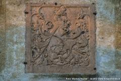 Die Südseite zeigt auch das interessante Steinwappen der Freiherren von Prag.