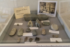 Funde aus der Steinzeit wie Bohrkerne, Lochbeile, Klopfsteine, Flachbeile oder Pfeilspitzen werden gezeigt.
