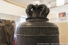 Ein Schriftzug ziert die Glocke aus der Heinrichskirche.