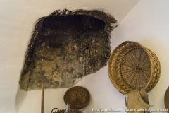 Darauf weist dieser noch erhaltene Rauchabzug in der gewölbten Decke hin.