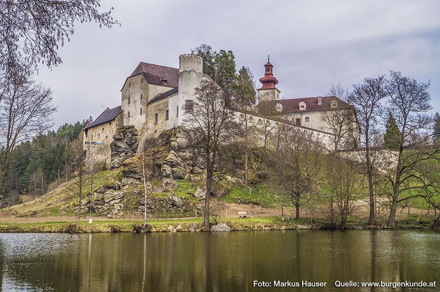 Schloss Waldenfels im oberen Mühlviertel mit dem darunter liegenden Teich.