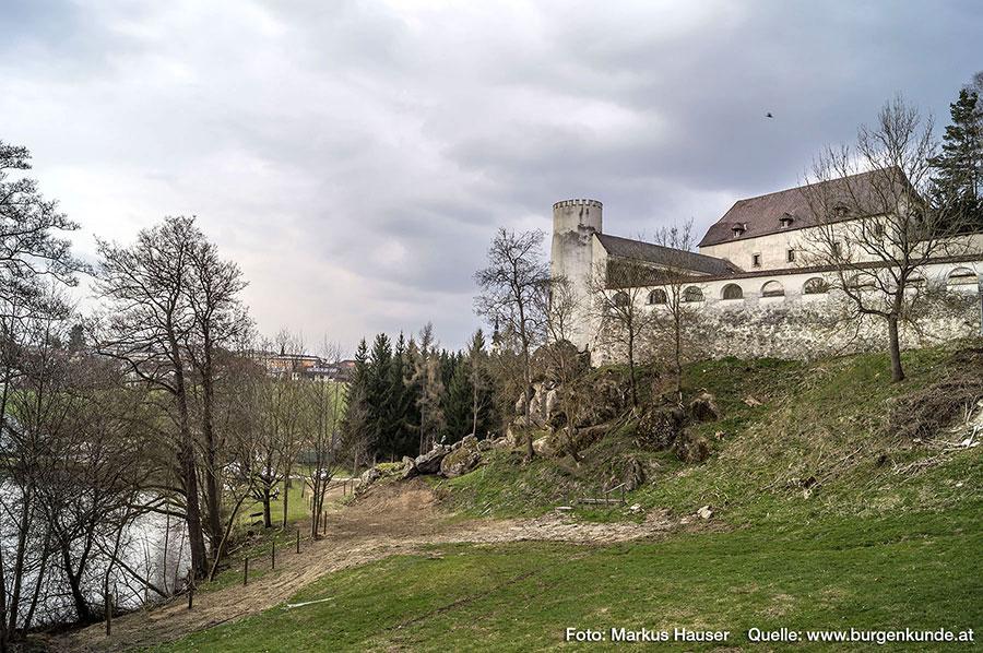 An Stelle des heute am weitesten in das Kettenbachtal vorkragenden Turmes, stand wohl einst die erste Burganlage auf dem Felsen.