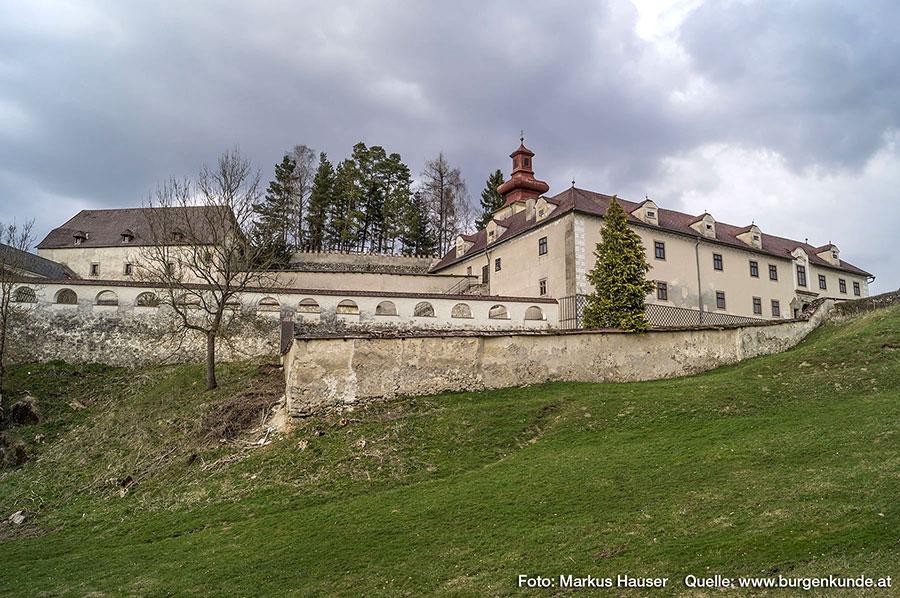 Die in Bogen aufgelöste Verbindungsmauer vom Turm, führt entlang des Turnierhofes bis zum Hauptgebäude.