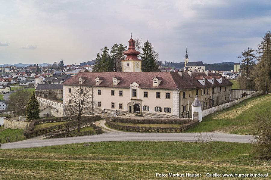 Heute dominiert ein schlanker quadratischer Turm mit barockem Zwiebelhelm das Hauptgebäude der Schlossanlage.